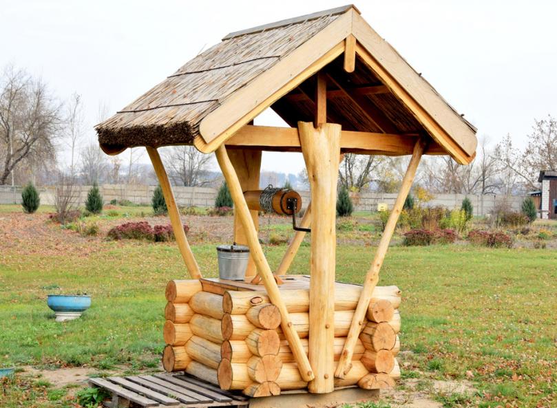 Drewniana studnia zdaszkiem