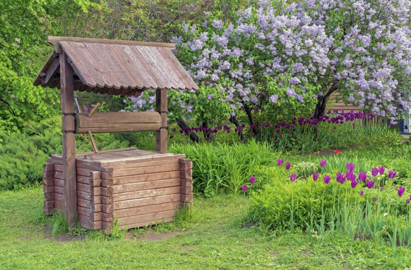 Stara drewniana studnia wogrodzie