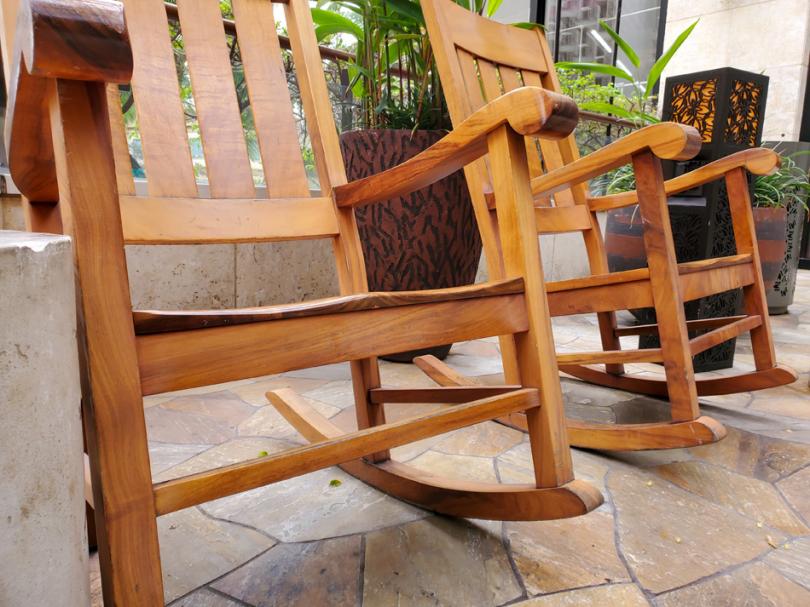 Drewniane fotele na biegunach