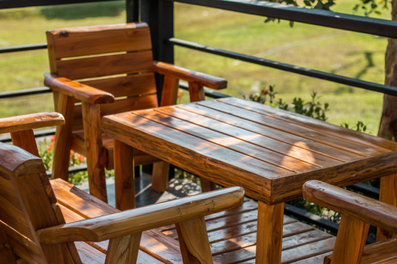 Drewniany zestaw mebli na tarasie