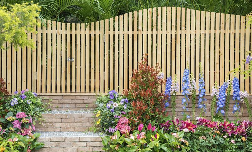 Drewniane ogrodzenie wogrodzie