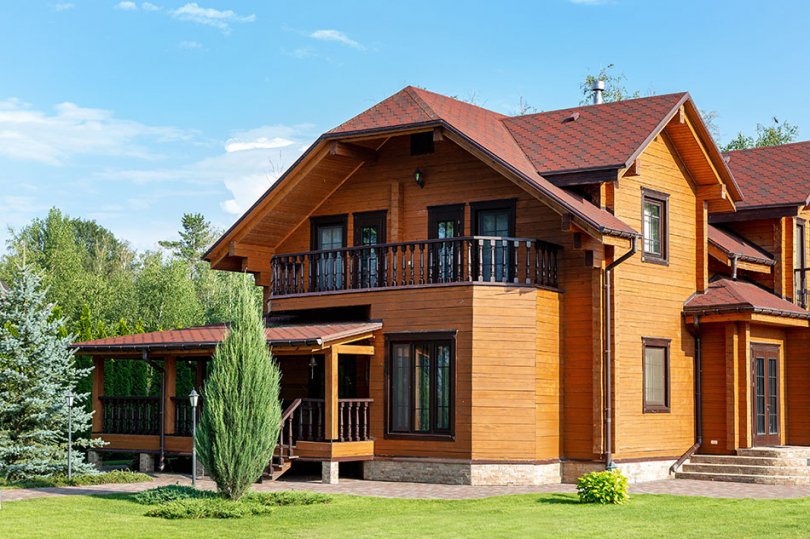 Duży drewniany dom zgankiem