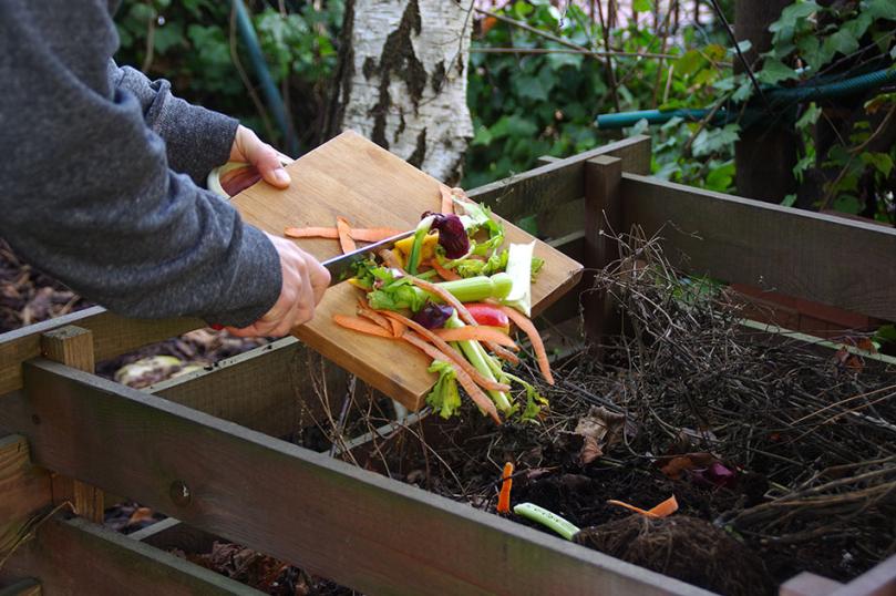 Wrzucanie resztek biodegradowalnych do kompostowania