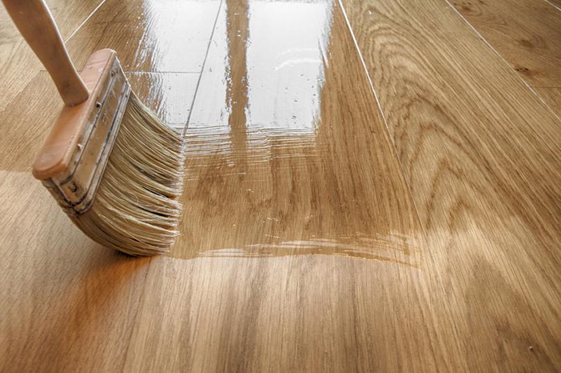 Ręczne lakierowanie drewnianej podłogi