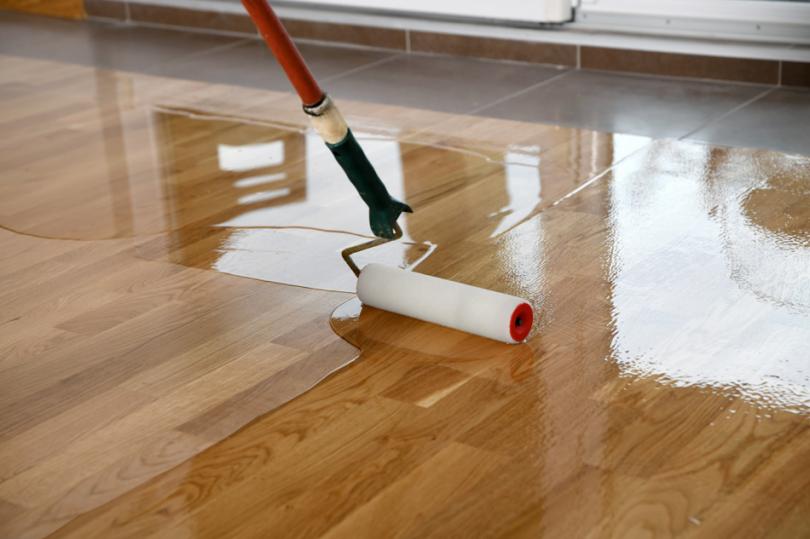 Lakierowanie podłogi zużyciem wałka