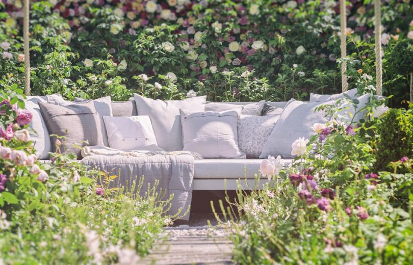 Wygodna kanapa wromantycznym ogrodzie