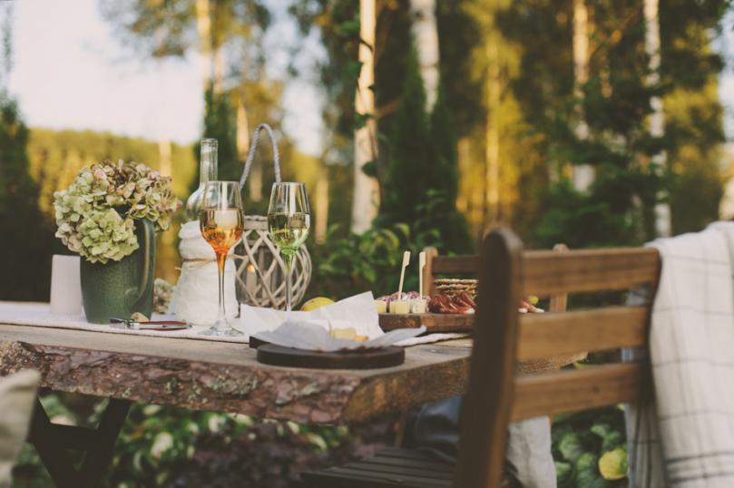 Posiłek zaaranżowany wromantycznym ogrodzie