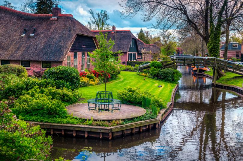 Urokliwy ogród wstylu holenderskim zkładką