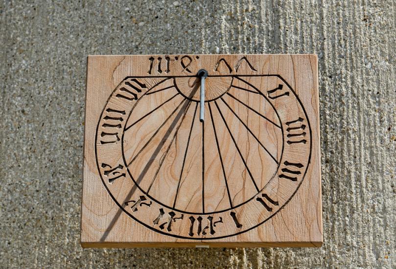 Drewniany zegar słoneczny