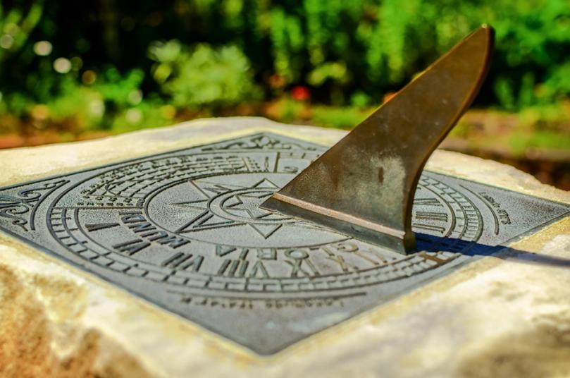 Metalowy zegar słoneczny