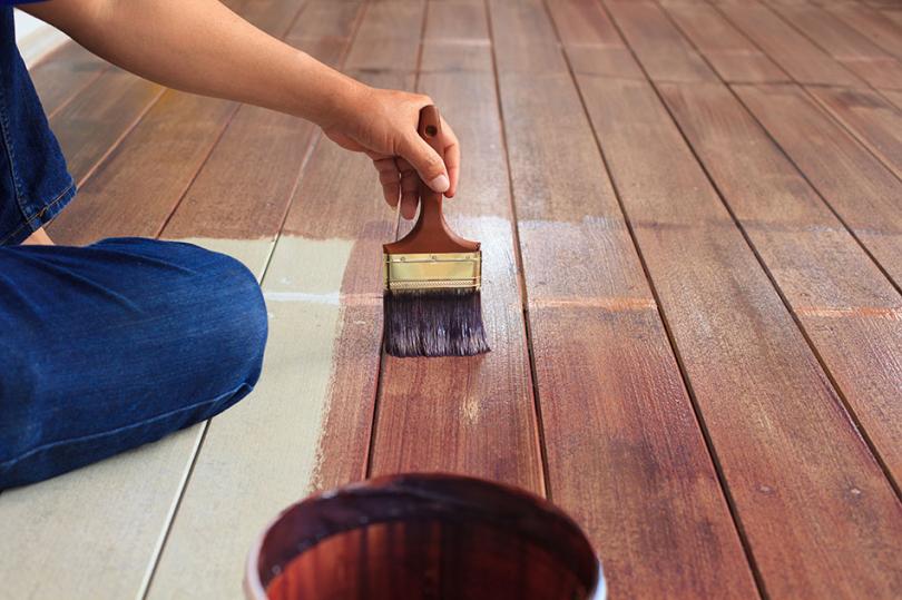 Malowanie podłogi za pomocą pędzla