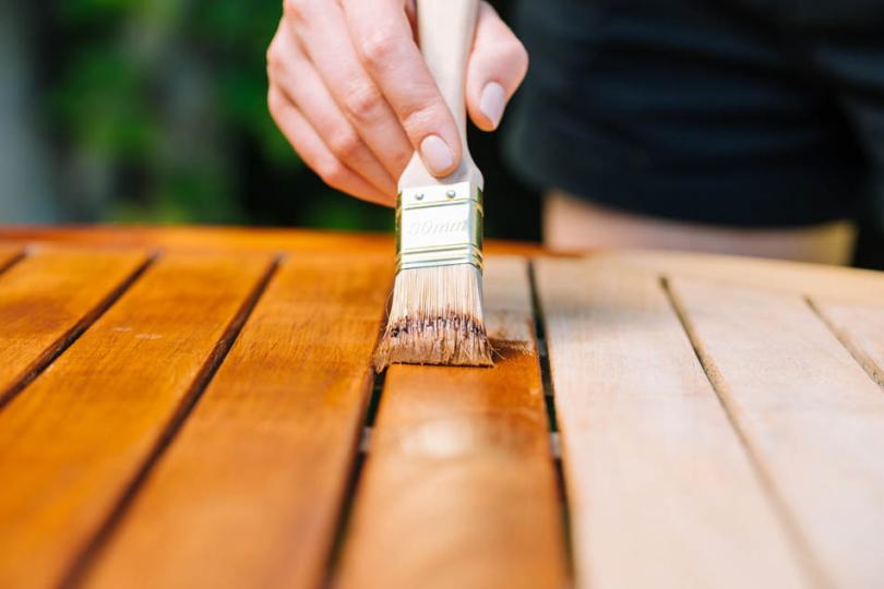 Malowanie desek pędzlem