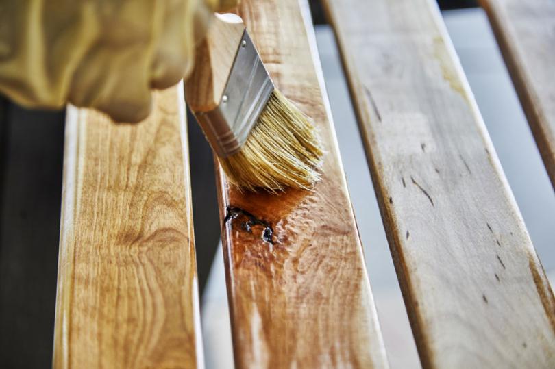 Lakierowanie desek ławki