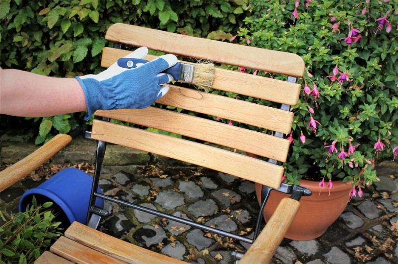 Lakierowanie krzesła do ogrodu