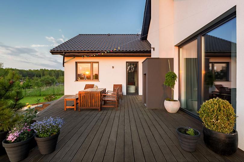 Drewniany taras przy domu