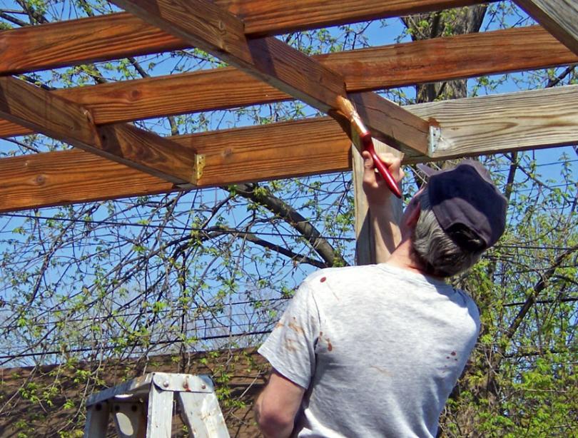 Malowanie surowej drewnianej konstrukcji
