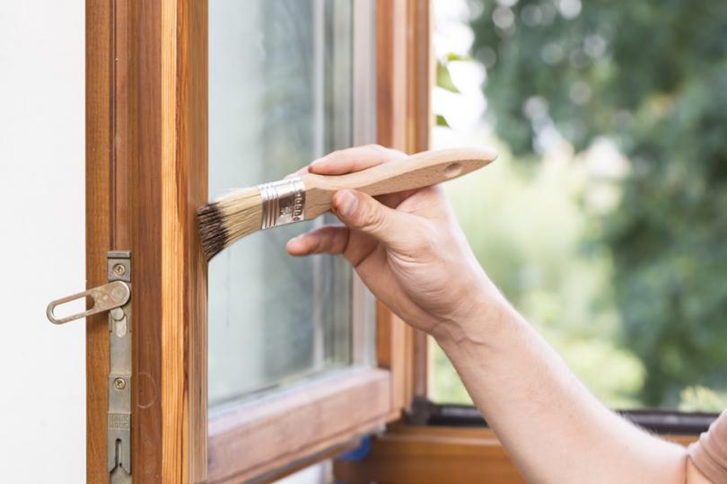 Malowanie drewnianego okna