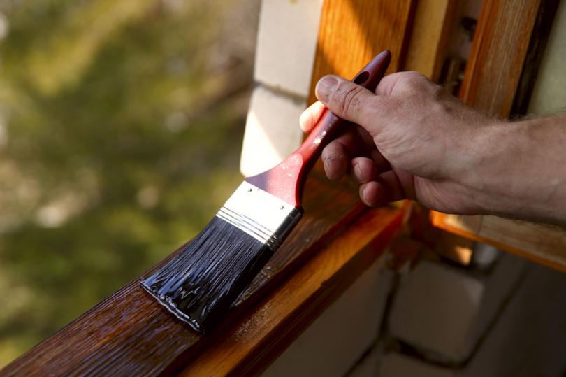 Malowanie drewnianej ramy okiennej