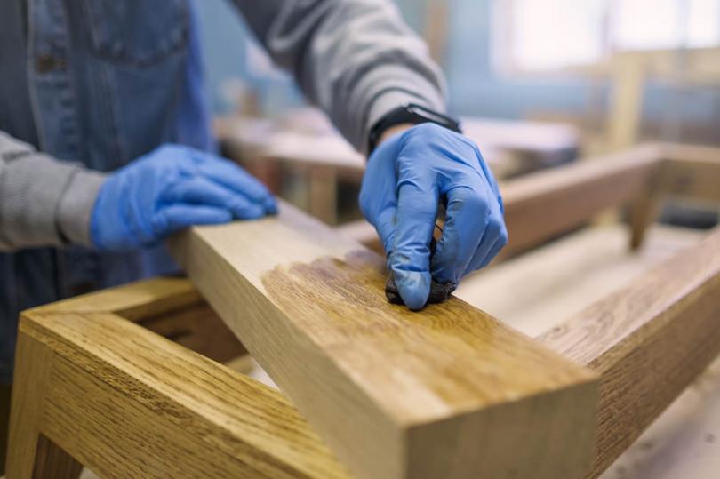 Bejcowanie drewnianej powierzchni